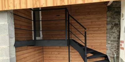 escalier métallique noir extérieur